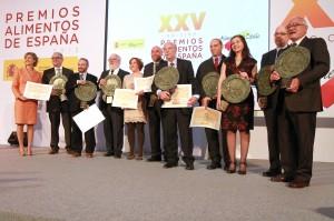 El ministro y la secretaria general con los premiados.