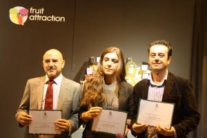 El director del Diario de Almería (izquierda) recoge el premio en nombre de Elio Sancho.